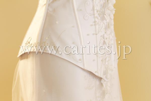 ウェディングドレスは二部式です。二部式になっていることと、背中が編み上げ式になっているので、サイズは結構フレキシブルです。ダンスのドレスと同じようなのでいい